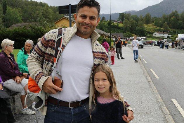 Rune Rajendram og Nora Steinhovden (8) kosa seg på Eikefjorddagane. Dei har vore innom mange fine bodar og Nora har besøk nokre av partia som har stand. Der har ho fått lere litt om valet.