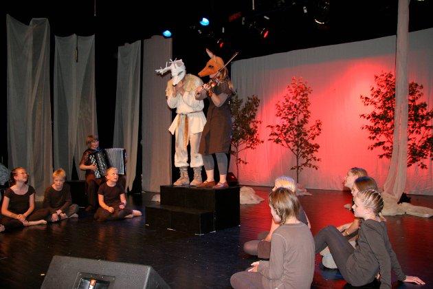 """Framsyninga """"Den kvite hjorten"""" under Førdefestivalen i 2009, der elevar frå Førde kulturskule tok del."""