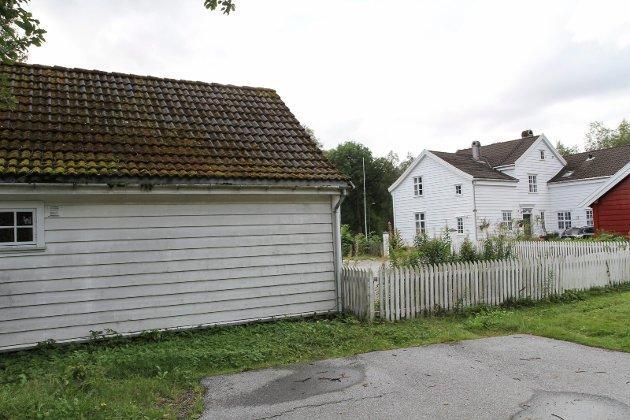Debatten om dei historiske bygningane på Toene i Førde var avgjort på førehand, skriv Hagen. Han meiner også det er god grunn til å frykte meir inngrep rundt desse bygningane.