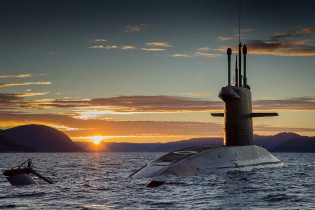 Ubåten glir sakte inn i solnedgangen sørvest for Kyrkjebø.