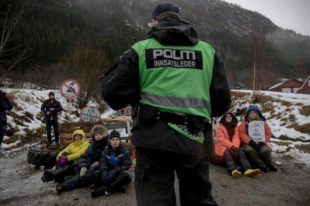 HEIAR: Joril Viken Sandnes heitar på det ungdommelege engasjementet rundt Engebøfjellet. Bildet er frå aksjon mot gruveprosjektet på Engebø i 2016.