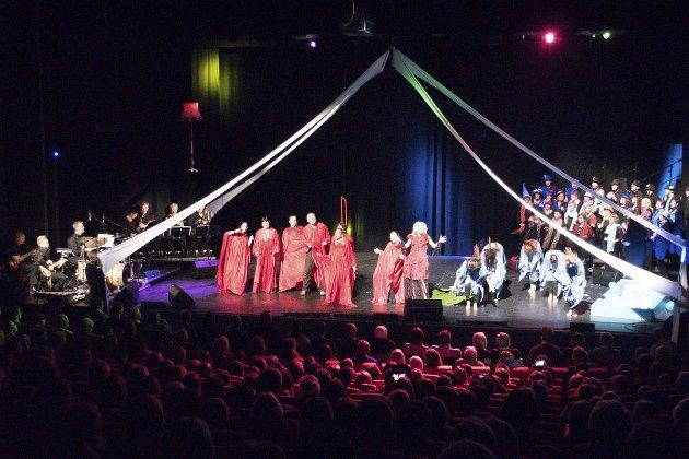 Kabal: Revyfolk, dansarar, orkester og kor samlast i  MisuCabalen «Flyttesjauen», som vart vist for ein fullsett storsal i Førdehuset denne helga. Foto: Camilla Aasen Bøe