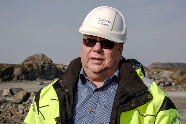 FØRESETNAD: Vindkraft er ein føresetnad for at det i det heile er kome industri på Lutelandet, skriv Stein-Arne Ottesen. Her frå då han viste Firda rundt på Lutelandet i forbindelse med mottaket av plattforma YME.