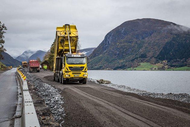 ØYDELAGD? Artikkelforfattaren meiner det er store uopprettelege skadar i landskapet mellom Skei og Bjørset i Jølster.