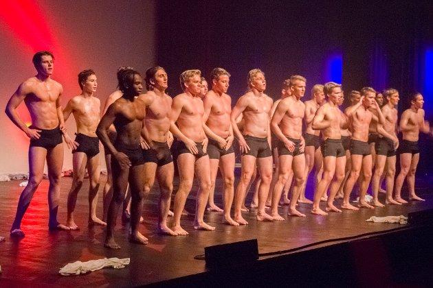 I kjent stil blei det strippedans frå gutane på slutten av revyen.