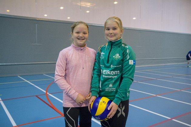 FØRSTE GONG: Synne Førde Os (12) og Hanne Styve (12) frå Svelgen fortel at det er første gong dei er med på Volleyballskulen. – Det kjekkaste er å spele mot kvarandre og møte nye folk, seier dei.