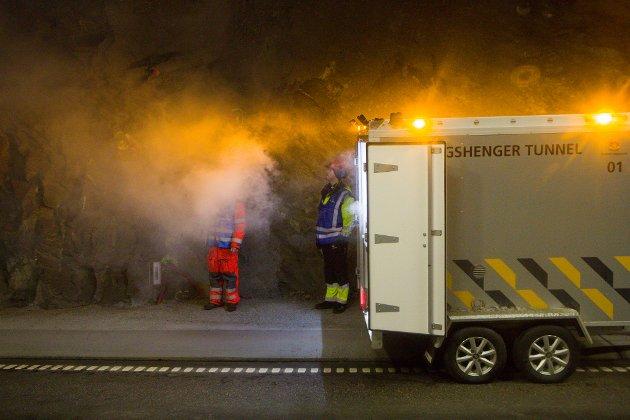 RØYKANSVARLEG: Leif Arne Stadheim har ansvar for å lage så «ekte» røyk som mogleg under øvinga. – Hadde det vore ein ekte bilbrann, ville røyken ha vore mykje svartare og tettare, seier han.