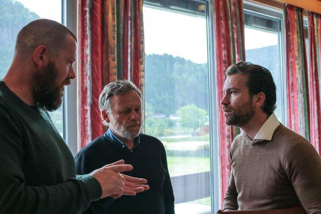 SUNNFJORD: Ole Erik Thingnes ber om at Engebø-saka blir overlaten til Sunnfjord kommune. Åsmund Berthelsen (midten.) har tidlegare bedt om det same. Her er dei i dialog med Tore Viana-Rønningen i Arctic Mineral Resources.