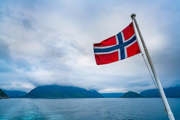 NOREG: Firda er ei av avisene som skriv Norge i staden for Noreg. Fredrik Hope meiner at argumenta for å skriva Norge er like dårlege som argumenta for å skifta til bokmål.