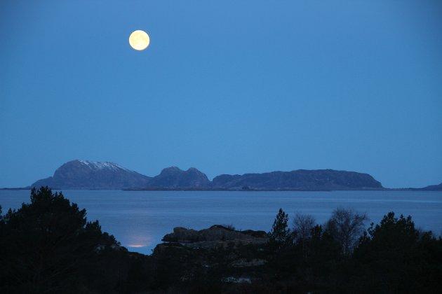 «Månen står over Kinna, der ei irsk prinsesse steig i land. Det seier i alle fall soga. Han speglar seg i sjøen, og sender sine strålar ned. Dei blenkjer som iskalde loga'. Lite veit månen om livet her nede, der diskusjonen dreier seg om yoga», skriv Andé N. Haave