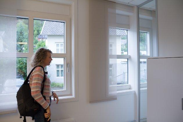 SPREIER LYS: Mellom kvart av kontora er det og vindauge, inst i hjørna. – På denne måten kan lyset flyte fritt. Og lys frå vindauget i dette rommet vil og gje lys til naborommet, forklarar Sara.