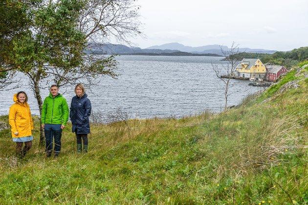 Korssundet. Vegard Skår og Stine-Mari Myklebust har søkt om å få bygge, men har fått nei. Gunhild Berge Stang, ordførar i Fjaler, er også med på bildet.