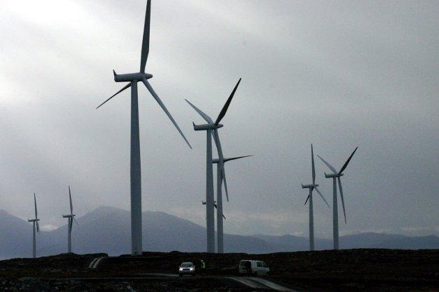 MINDRE: Fra og med 2010 har vi ferdigstilt og har under bygging 52 vindkraftverk i Norge. Alle disse kraftverkene har et faktisk, samlet planområde på 493 kvadratkilometer; tallet Asplan Viak opererer med er 1760 kvadratkilometer, skriv artikkelforfattaren.. Bildet er frå vindmølleparken på Smøla.