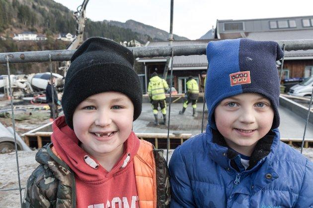 JOBB: – Eg elskar å arbeide, seier førsteklassing Lukas Fonn Digernes (til venstre). Kameraten Balder Sørbø er heilt einig.