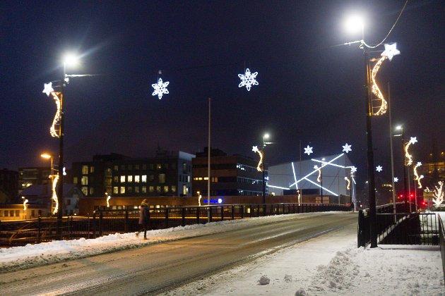 FINT: Langebrua har blitt eit syn for auget. Lysa frå kunstmuseet får plutseleg eit julete preg opp i det heile.