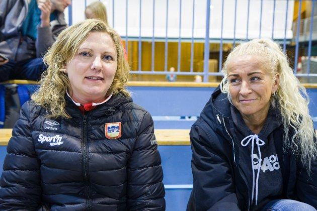 TIDLEG PÅ PLASS: Siv Ølmheim (t.v.) og Malin Frøyen Bergset frå Høyanger var tidleg på plass på tribuna.  – Det kan bli ein tøff kamp for Førde, seier Ølmheim.