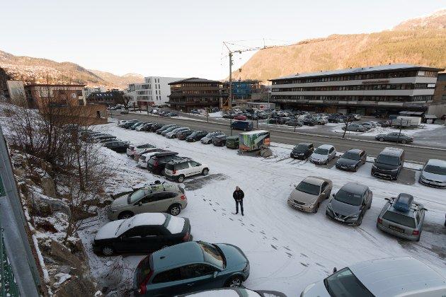 TYDELEG: Frå NAF Fjordane og Ytre Sogn si side vil vi tilrå at ein får med seg dei næringsdrivande/grunneigarane i å sette opp tydelege skilt og merke parkeringsareala på ein tydeleg måte, skriv artikkelforfattaren. Bildet er frå Førde sentrum sør.
