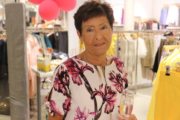 KOSA SEG: Synnøve Bondø koste seg på sin første VIP Jentekveld. Her har ho blitt pynta og kledd i antrekket ho skal ha på seg til fotograferinga.