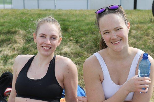 VOLLEYBALL: Nora Berge og Andrine Faleide hadde også tatt turen til Hafstadparken 2.påskedag. Her var det soling, volleyball og sosialisering på planen.