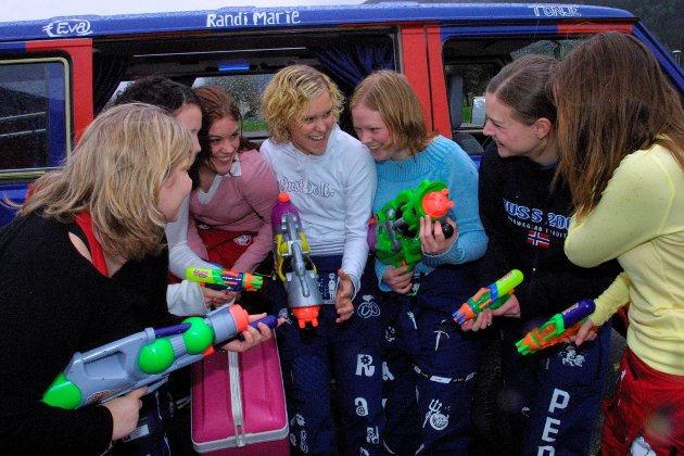 2004: Jentene planlegg angrep på medruss, og ingen kan føle seg for trygge. Desse jentene er russ med stor r. Frå venstre: Eva Michelsen Ekroll (18), Randi Marie Hukset (18), Ingeborg Runde (18), Randi Marie Berntsen (18), Mari Cecilie Haug (18), Ingvild Pedersen (19) og Tone Nøringset Bjordal (19).