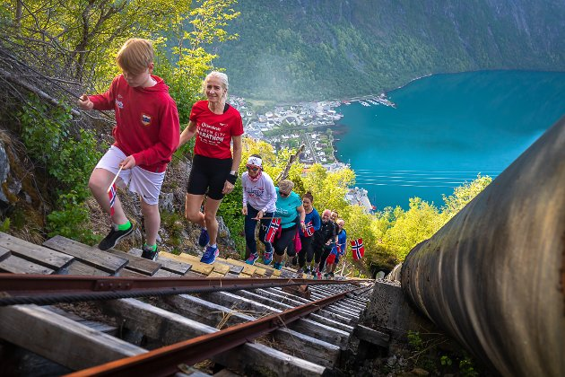 Det brattaste 17. mai-toget i Norge? Bilda er frå feiringa i Høyanger.