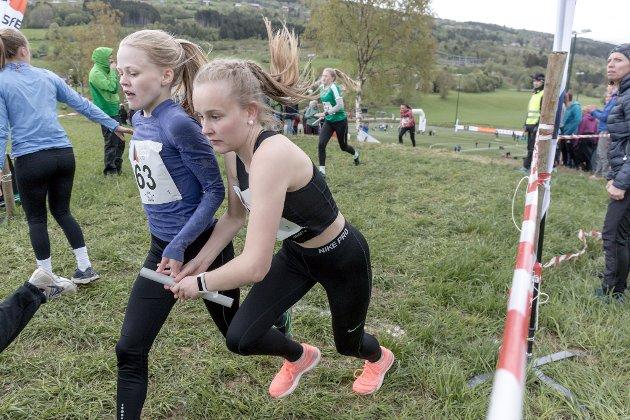 ETTER MONSTERBAKKEN: Veksling mellom Guri Line Brekke (13) og Jenny Botnen (16) for Førde IL.