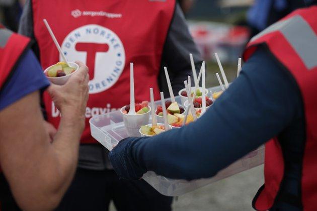 Frivillige frå Indre Sunnfjord Turlag gjer ein flott jobb under Førdefestivalen, mellom anna serverer dei frukt til publikum på konserten på Hafstadfjellet.
