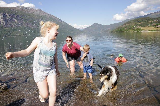 Tre generasjonar Ravnestad og familiehunden kjølte seg ned i Breimsvatnet denne varme sommardagen.