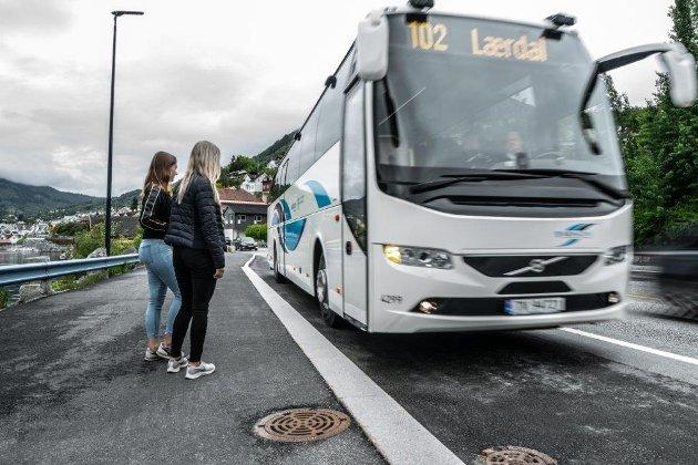 Er det noen som vil starte en underskriftskampanje for å beholde Kringom på bussene i Sogn og Fjordane? spørr Stein Ove Birkeland.