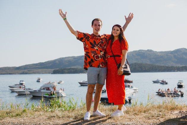 ORANSJE: Petter Haugland og Sara Kvammen hadde ikkje på førehand avtalt å gå kledd i matchande antrekk, men det gjer det jo lettare å finne kvarandre igjen i folkemengda.