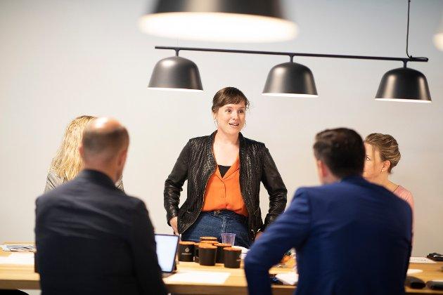 GRØNT FOKUS: Linda Midtbø (t.v.), hamnesjef Flora hamn, i samtale med utviklingsminister Dag-Inge Ulstein. Mange småbedrifter på Vestlandet har berekraft i ryggrada. Dei har erfart at det er god business å satse grønt.