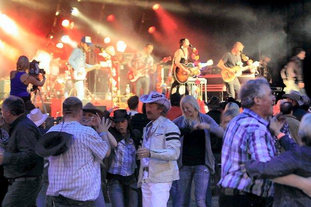 MANGFALD: Vi har eit mangfald av festivalar, idrettsarrangement, kulturarrangement og sosiale og inkluderande aktivitetar og tiltak som vi er stolte av, skriv artikkelforfattarane. Bildet er frå countryfestivalen i Breim.