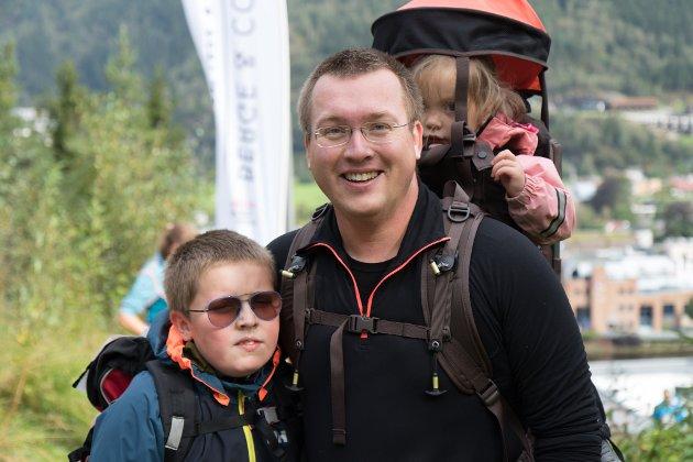 Espen Vangsnes med Oliver og Sofia på ryggen.