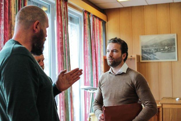 INHABIL: Om Ole Erik Thingnes, her i samtale med Tore-Viana Rønningen frå Arctic Mineral Resources, skal reknast som part og dermed inhabil, bør  vere gjenstand for diskusjon i denne saka når habilitetsspørsmålet skal avgjerast, skriv artikkelforfattaren.
