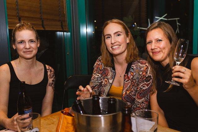 Frå vestre Inger Lise Nistad, Viktoria Fauske Blikås og Silje-Karin Hjellbrekke har alltid vore her på quiz, og då måtte dei jo vere her siste kvelden også.