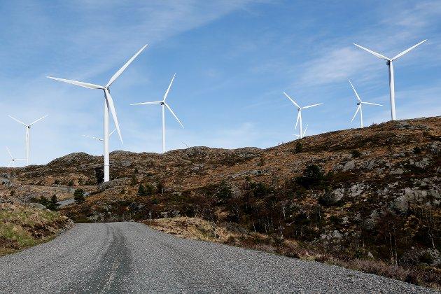 FAKTA: Vindkraftindustri, vindturbiner med 250 meters høyde, store naturinngrep, forurensning som medfølger, er blant vesentlige fakta/ begreper som vindkraftforkjemperne legger lokk på i enhver sammenheng, skriv artikkelforfattaren. Bildet er frå Midtfjellet vindpark i Fitjar kommune.