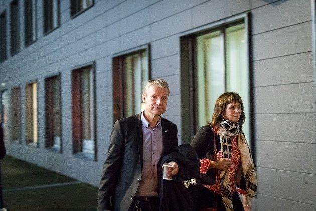 ROCKA: mang ein sunnfjording blei rocka og rysta langt inn i sjela, då spelet rundt «ordførartingingane» blei gjort kjen. på bildet;  Olve Grotle (H) og Jenny Følling (Sp) på veg ut av forhandlingane.