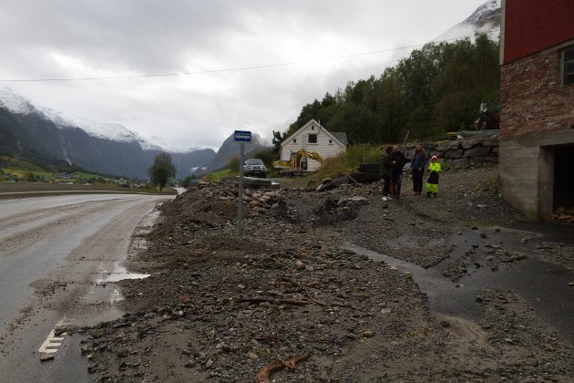 Eigedommen til familien Sølvberg blei råka av jord- og steinmassar frå elva.