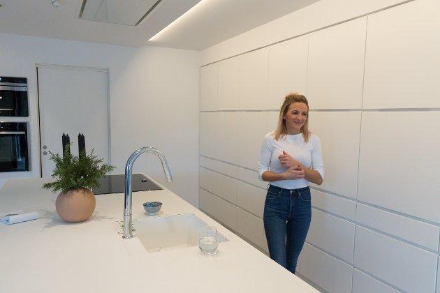 LYST OG LUFTIG: Med kvitt kjøkken og lyse veggar blir det luftig og lyst. Det synest Ingeborg er heilt supert.