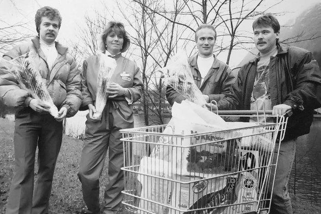 Fekk roser av miljøgruppa ved Førde Gymnas for at dei tek inn miljøprodukt i butikkane, der dei alle jobbar som innkjøpssjefar. Kurt Hafstad (f.v.), Merte Jakobsen, Thor Kolstad og Frode Årdal i 1990.