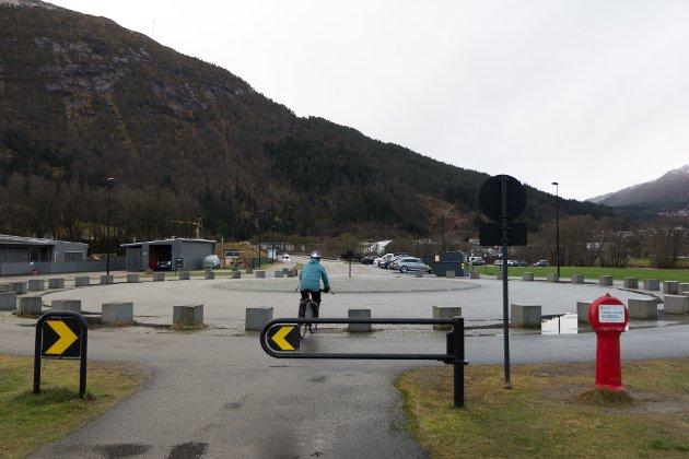Problemet i Førde er at det ikkje finst samanhengande infrastruktur som er trygg og tenleg for syklistar., skriv Håvard Flatland. (arkivbilde frå rundkøyringa i Hafstadparken)
