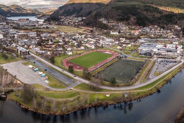 Kva med å bygge ei badeland på halve Festplassen? spør Tor Vidar Myklebust. (Dronefoto av Festplassen, Jølstra, Laksen og Førdehuset med fotballbanene)