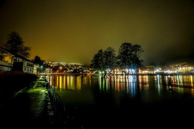 Tangen i sentrum sør i Førde under stormfloda.