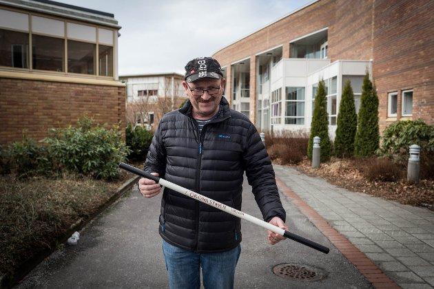 KORONASTAVEN: Før han skulle på jobb, hadde pappa laga koronastaven som er akkurat 1 meter lang. – Det er 80 prosent gimmick og 20 prosent alvor, seier han. Og til dei som lurte – den meteren er faktisk overraskande lang.
