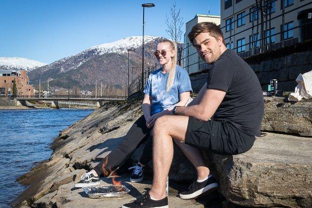 ENDELEG FRI: Nora Egeland har jobba inne i helga. No kunne ho og Erik Festøy endeleg få fyre opp grillen. – Det var godt å komme seg ut no, seier Egeland, som snart skal finne fram pølse og burger.
