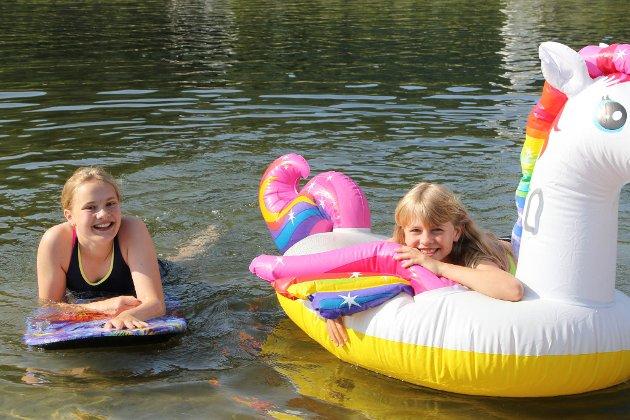SANDEN: – Vi har sakna å sjå venene våre. Det er gøy med ferie! F.v.: Johanne Sagvik Edvartsen (12) og Emine Tefre Grønnevik (11).