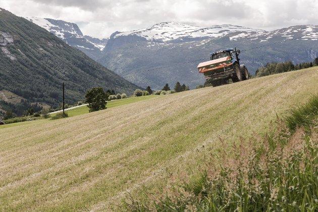 Marco Neven etterlyser jordbruk som tema i valkampen. (På bildet GPS-gjødsling på Byrkjelo.)