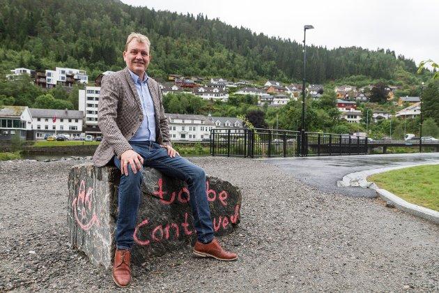 På grunn av sentralisering av tilnærma all makt i Oslo har folk flytta bort frå der naturressursane er, skriv John Helge Lunde. Sunnfjord Utvikling, der Lunde er styreleiar jobbar for tida med eit omdømmeprosjekt der dei skal løfte fram alt det positive som skjer, men også kvifor det skjer.