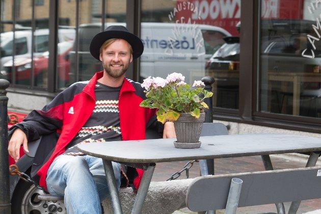 PÅ EIN BENK VED EIN KAFÈ: Det blir fleire og fleire møtestader i Førde. Her er journalisten på éin av dei.