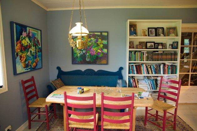 KOSEKROK: Ein slik hyggeleg kjøkkenkrok skulle ein hatt. Den blå sofaen er det far til Dvergsdal som har bygd.